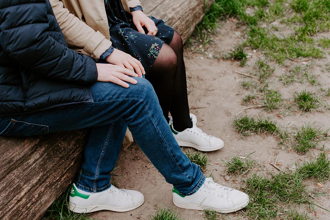 details-couple-paris-sneakers-marine blanchard photographie