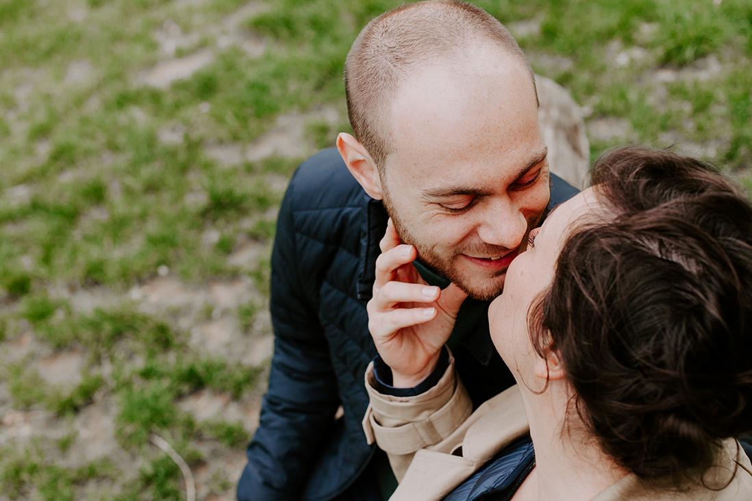 bisous-couple-paris-marine blanchard photographie